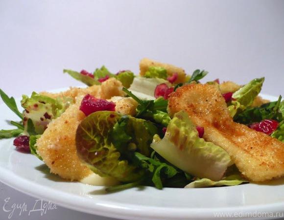 Листовой салат с ягодной заправкой, вяленой клюквой и камамбером