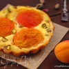 Тарталетки с абрикосами, творожным кремом и фисташками
