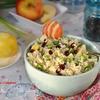 Салат из бурого риса с яблоком и горошком