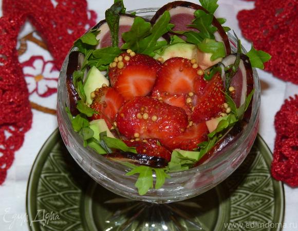 Салат с клубникой и хамоном для романтического ужина