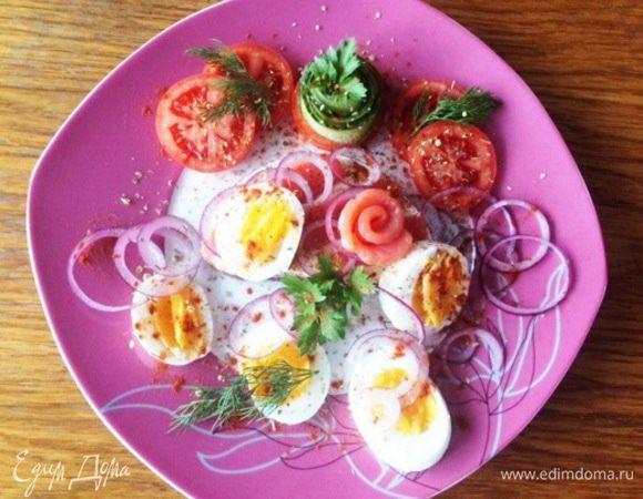 Бутерброд с красной рыбой, яйцом и помидорами