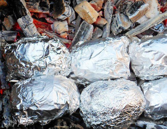 Картофель, запеченный на углях с соусом