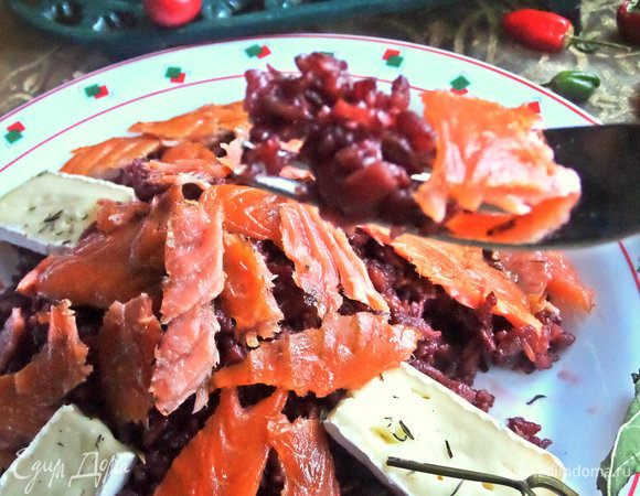 Красный рис в вине с лососем и сыром