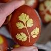 Пасхальные яйца, украшенные листочками