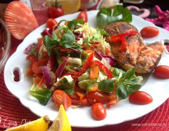 Лосось с весенним салатом