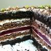 Шоколадный торт с малиной и фисташками
