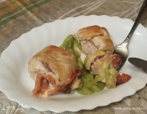 Куриные рулеты с рыбой и соусом из авокадо