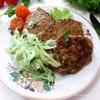 Печеночные оладьи с рисом и огуречным соусом