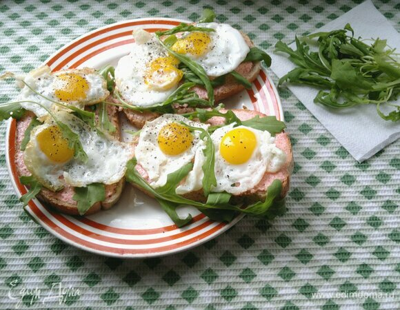 Тосты с икрой мойвы и перепелиными яйцами