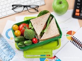 Обед по расписанию: чем перекусить на работе с пользой для здоровья
