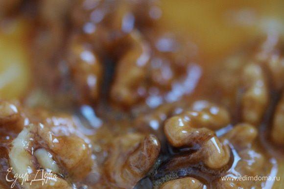 Грецкие орехи обжарить в меду, выложить их на тарелку или металлический противень, чтобы они не слиплись.
