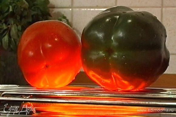 Сладкий перец обжарить до черноты на открытом огне, положить горячим в чистый полиэтиленовый пакет, пакет завязать. Перец должен «потеть» 15−20 минут.
