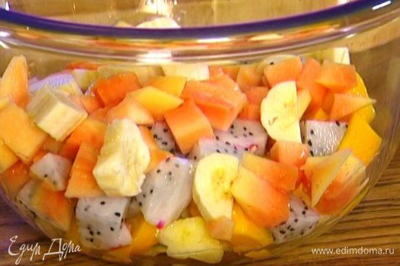 Ананас, манго, банан, папайю и фрукт дракона почистить, нарезать кубиками и выложить в салатницу.