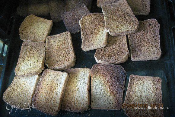 Хлеб нарезать ломтями и положить в духовку на сильный жар. Чем сильнее хлеб зажарится сверху, тем темнее будет квас. Если сухари сильно подгорят сверху, то квас будет горчить. Ломти после сушки должны быть мягкими внутри, это придает дополнительный аромат.