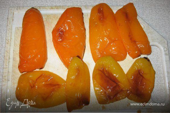 У сладкого перца удалить сердцевину, разрезать на четвертинки, смазать маслом и запечь в духовке при 200 градусах до черных подпалин. Остудить под пленкой, очистить от кожицы.