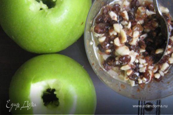 Яблоко очистить от сердцевины узким ножом. Поставила на сковородку. В очищенную сердцевину насыпала немного молотых сухарей(для того, чтобы при запекании мед не вытекал и яблоки не подгорели) и кусочек сливочного масла.