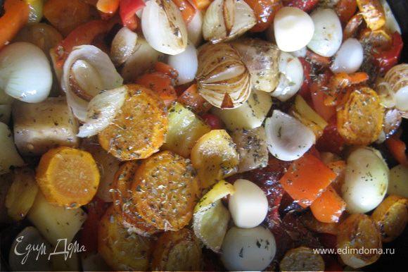 Сверху укладываем порезанный на 2 части чеснок. Запекаем овощи около часа при 180-190 градусах. Можно подать со стейком из курицы или к любому мясу.