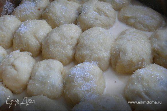 Взбить 1 яйцо со сливками. Залить наши булочки, посыпать сверху немного сахаром.Выпекать в разогретой духовке примерно 30 минут.