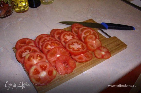 На разогретую сковороду, наливаем масло, и начинаем обжаривать рыбу. Пока рыба жариться, мы нарезаем кружочками помидоры, и мелко режем зелень.