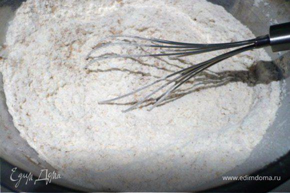 В муку, помешивая венчиком, добавить соду, имбирь, корицу и мускатный орех.