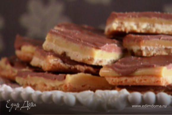 Противень с печеньем поставьте в холодильник для застывания, после чего нарежьте его квадратиками