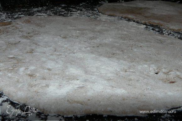 Замесить тесто, убрать на 30 мин под влажное полотенце.