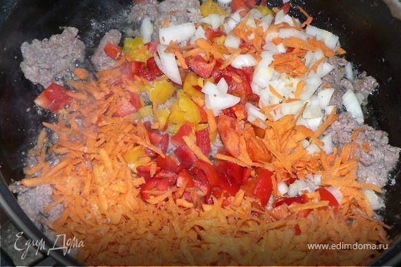 добавляем в сковороду лук, морковь, сладкий перец, немного припустить и добавить соевый соус, имбирь и майоран по вкусу. Перемешиваем, тушим минут 5