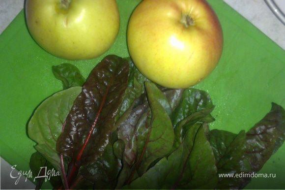 Пока омлет жарится, чистим яблоко, удаляем сердцевину и нарезаем небольшими кусочками. Листики мангольда хорошо промываем под водой.
