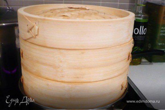 Подавать сразу же (не держите долго в бамбуковой пароварке, иначе вонтоны могут прилипнуть ко дну. ) Подавать хорошо со сладким чили соусом (sweet chilli sauce) для макания.