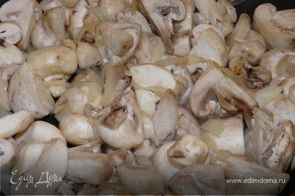 Грибы нарезать как нравится, на сковороде с луком, чесноком, вином протушить несколько минут на оливковом масле (можно и на сливочном). Поперчить, посолить. В емкость/форму, смазаную, сложить картошку с грибами (в любом порядке), сверху вылить все подливки и еще немного молока.