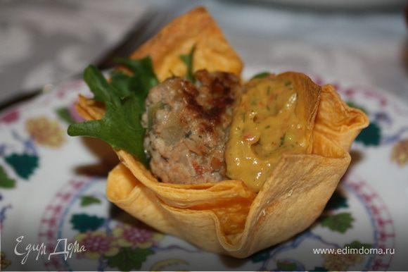 Формируем тарталетку: на дно положим лист салата, затем фрикадельку, приправим соус гуакомоле! кушать подано!!!