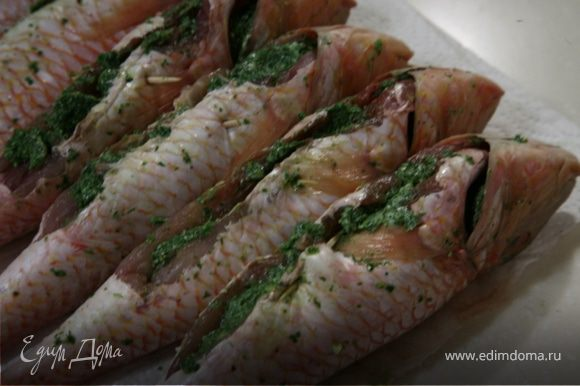 Соединить зелень с размягченным сливочным маслом и перемешать.Нафаршировать рыбу.