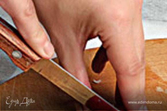 2. Подберите помидор соответствующего размера, нарежьте его дольками.