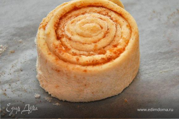 Аккуратно свернуть в рулет и нарезать на кружочки 15мм шириной. Выложить на кулинарную бумагу, смазанную маслом на небольшом расстоянии друг от друга.