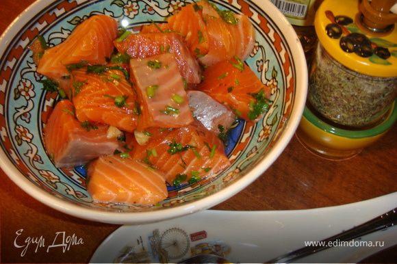 Пока овощи жарятся, нарежьте рыбу кубиками со стороной 3-4 см. Затем положите кусочки рыбы в миску с растительным маслом и осторожно перемешайте, чтобы все кусочки покрылись маслом.