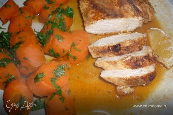 Выложить на тарелку морковку, куриную грудку, соус. Дополнительно можно еще подать рис. Приятного аппетита!
