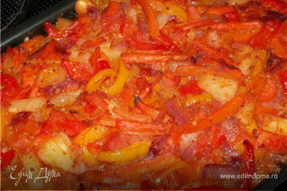 Готовые овощи выкладываем поверх курицы и ставим в предварительно нагретую духовку до 200 градусов на 40 минут. Получается наивкуснейшая курочка в окружении ароматных овощей. Очень вкусно с рисом.