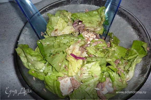 Добавляем листья салата, оливки. Солим, перчим. Заправляем бальзамическим уксусом и оливковым маслом. Перемешиваем.
