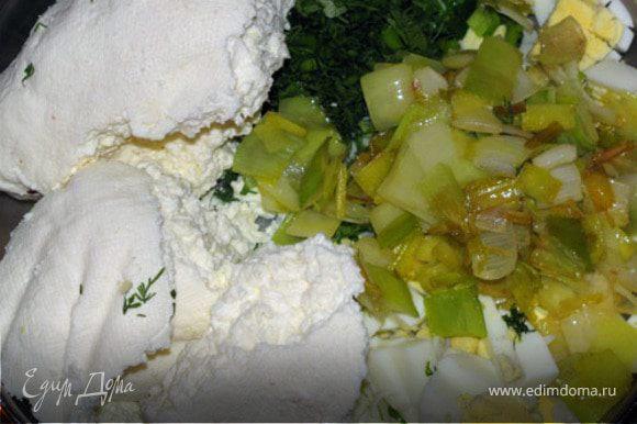 Яйца сварить вкрутую, нарезать, добавить брынзу, лук-порей и перемешать.