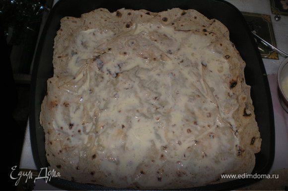 Смазать сковороду растительным маслом.Положить на дно первый лаваш и смазать его смесью яйца и майонеза.