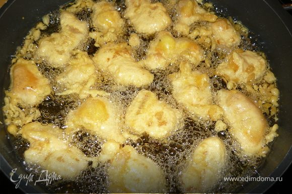 Кусочки рыбы вилкой обмакивать в кляр и опускать в раскаленное масло. Масла должно быть много - рыба в нем плавает. Жарится быстро - минуты 2-2. Шумовкой доставать кусочки рыбы и выкладывать на бумажное полотенце, чтобы излишки жира впитались.