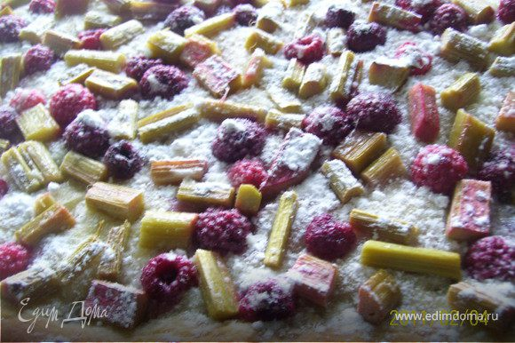Готовый пирог посыпаем сахарной пудрой. Вот так, получилось, что писала дольше, чем готовила!