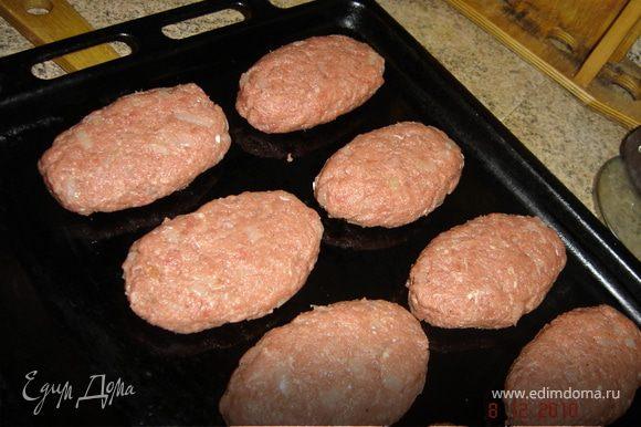 Выложить котлеты на смазанный маслом противень, поставить в духовку. Жарить при температуре 180 градусов в течение 40-45 минут. Также зразы можно жарить на сковороде, на растительном масле.