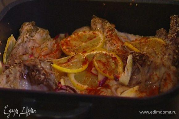 Отправить в сковороду кусочки цыпленка, накрыть крышкой и готовить на небольшом огне около 20 минут.