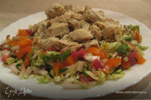 В приготовленное мясо выкладываем лук, грибы, специи из банки, сливки, все перемешиваем и тушим еще 10 мин. На гарнир подаю макароны либо гречку и как в моем случае овощной салат.