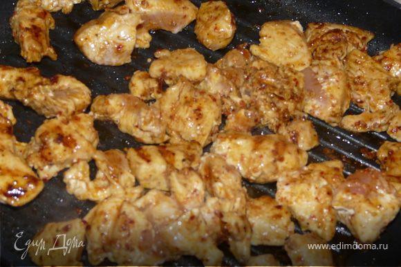 На сковороде-гриль обжарить мясо минут 10. Подавать с соусом.