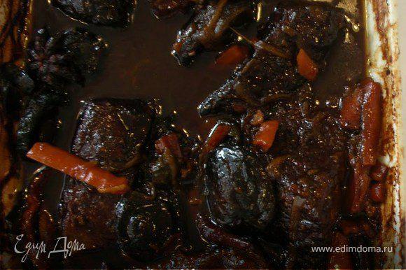 Разогреть духовку до 170 °. Переложить ребра и маринад в чугунную кастрюлю. Добавить куриный бульон и довести до кипения. Накрыть крышкой и печь течение 1 1 / 2 часа, пока мясо не станет мягким, но не разваливается. Открыть крышку и тушить в течение ещё 45 минут, переворачивая ребра один или два раза, пока соус не убавится примерно на половину и мясо станет очень нежное.