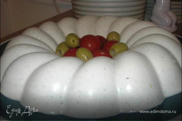 Приготовить желатин как написано в инструкции на пакете ( в 1/2 ст воды или молока) Добавляем готовый желатин к другим компонентам и взбиваем в блендере до получения однородной массы