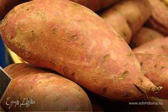 Помыть и очистить сладкий картофель от кожуры Разрезать вдоль на четвертинки и выложить на фольгу.