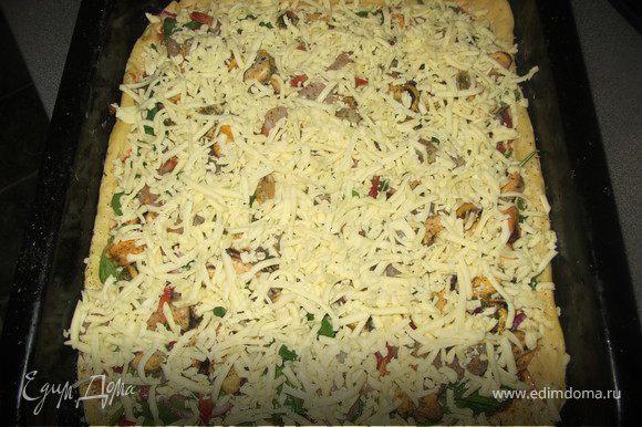 Когда тесто поднимется, тщательно выместить, отделить необходимое количество и тоненько раскатать. В помидоры добавить чеснок, посолить и выложить на всю поверхность теста, выложить шпинат, креветки, мидии. Лук тоненько нарезать сбрызнуть уксусом, выложить на пиццу. Присыпать чебрецом и выложить веточки розмарина.Сыр натереть и выложить сверху. Запекать при температуре 180 гр. около 15 минут.